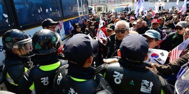 경찰이 '친박단체'에 기물파손에 대한 손해배상 소송을