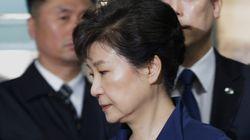 재판이 임박한 시점에 박근혜는 자신의 변호사를 2명만 남기고 모두