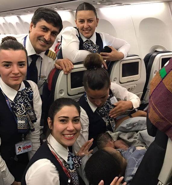 터키 항공의 승무원들이 비행 도중 임산부의 아기를