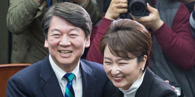 안철수 국민의당 대선후보가 6일 서울 여의도 국회에서 열린 이언주 의원 국민의당 입당식에서 이 의원을 환영하며 포옹하고