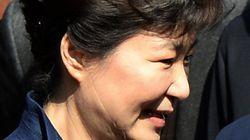 박근혜, 취재진 질문에 답 없이 법원