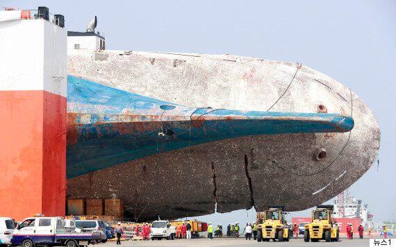 세월호가 완전히 뭍에 올랐다. 침몰 1090일