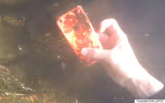 강바닥을 뒤지던 다이버가 발견한 놀라운