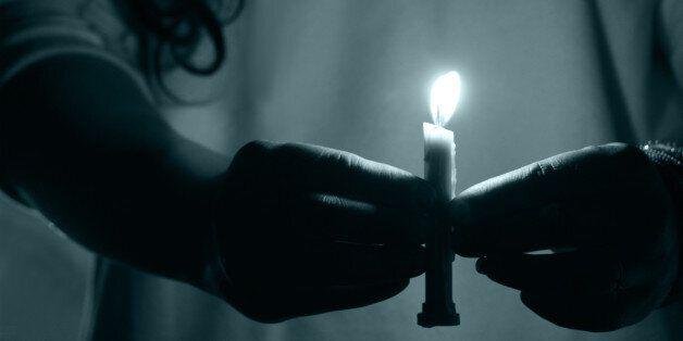 불 꺼진 방에서 촛불을