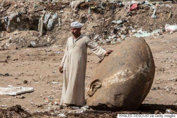 이집트 슬럼가에서 람세스 2세로 추정되는 거대 석상이