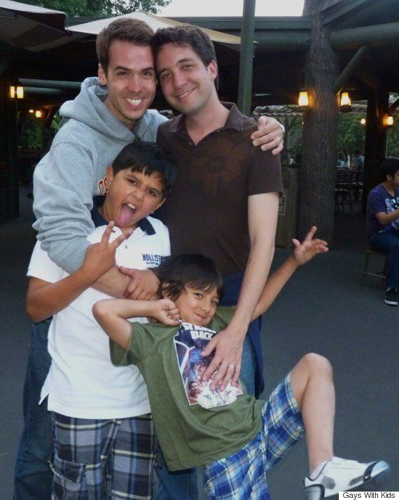 게이 부부는 세 남매를 입양하고 행복을