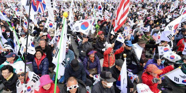 25일 오후 서울 중구 대한문 일대에서 열린 국민저항 총궐기 국민대회에서 참가자들이 박근혜 전 대통령 탄핵 무효를 주장하며 태극기를 흔들고