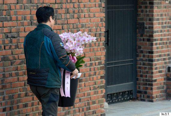 오늘도 삼성동 박근혜 자택 앞은 그야말로 아수라장이었다 (사진