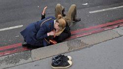 런던 테러 현장에서 부상자에게 달려간