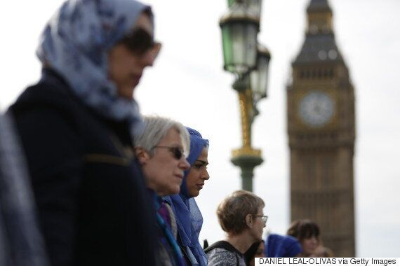 무슬림 여성들이 런던 웨스트민스터 다리 위에서 '인간 사슬'을