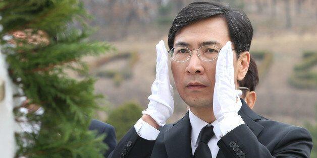 안희정 더불어민주당 대선주자가 20일 서울 강북구 4·19 민주묘지를 찾아 참배를 하고