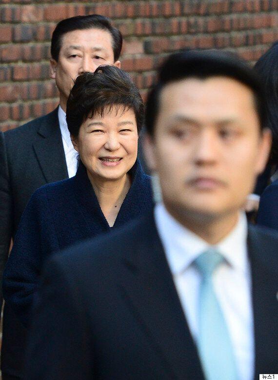 박근혜는 손을 흔들며