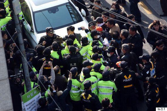 기자들 취재 막고, 경찰 폭행하는 '사저 앞