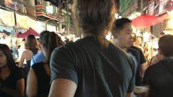두 남자가 '뒷모습 여행 사진'을