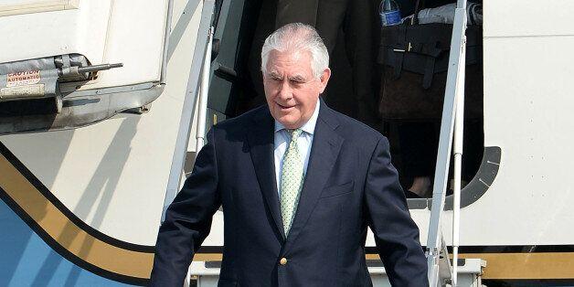 렉스 틸러슨 미국 국무장관이 17일 오전 경기도 평택시 주한미군 오산공군기지에 도착해 전용기에서 내리고