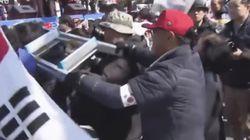 이 50대 남성이 사다리로 기자들을 폭행한