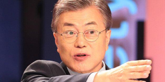 문재인 더불어민주당 대선주자가 21일 오후 서울 상암동 MBC 스튜디오에서 열린 100분 토론에 앞서 마이크 테스트를 하고