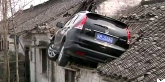 도로를 이탈한 자동차가 지붕을 향해