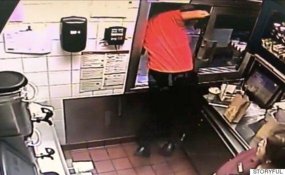 맥도날드 점원이 손님을 구하기 위해 창문 밖으로 몸을
