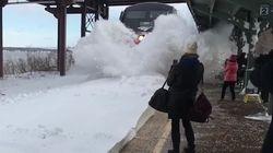 미국의 눈폭풍이 만든 출근길 기차역의 스펙터클한