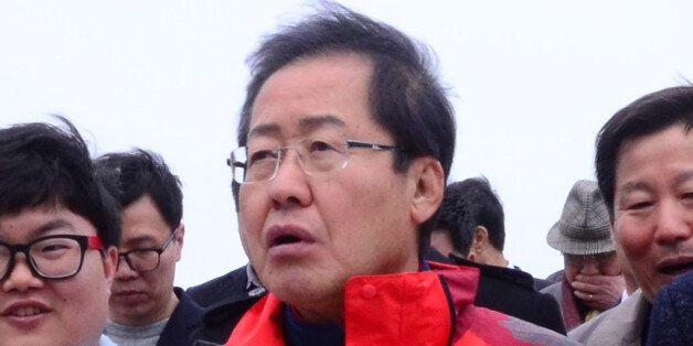 홍준표 자유한국당 대선주자가 25일 강원도 강릉 정동진을 방문해 이철규 자유한국당 의원의 안내를 받으며 모래시계 공원을 둘러보고