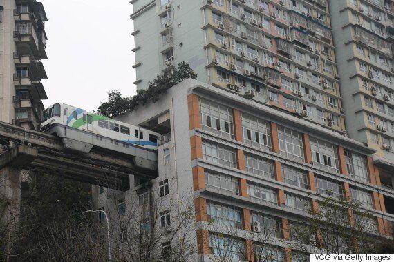 중국에는 아파트를 관통하는 전철이 있다(사진,