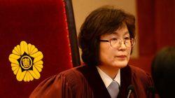 이정미 재판관이 선고문을 읽은 후 '시계'를 확인한