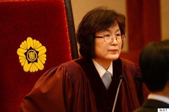 이정미 재판관이 선고문을 읽은 후 '시계'를 확인한 이유가