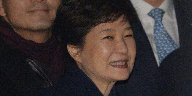 박근혜 전 대통령이 삼성동 자택 앞에서 기다리던 지지자들을