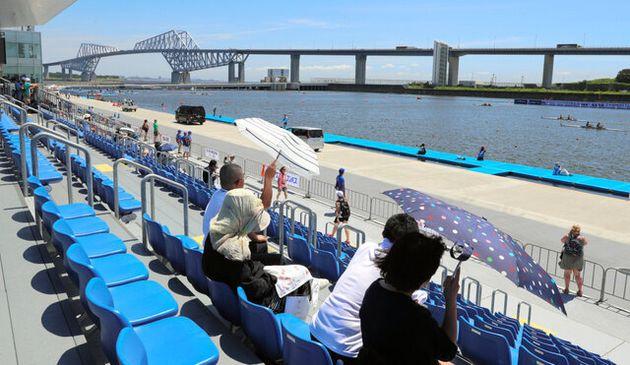 一部で屋根がない海の森水上競技場のスタンド。ボートのテスト大会では、観客が強い風の中、日傘を開いて観戦していた=2019年8月7日、東京都