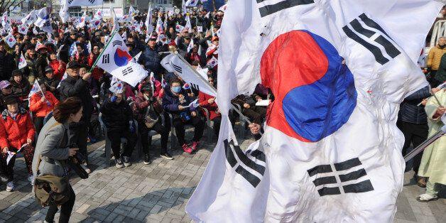'태극기 집회' 지나치던 20대가 '태극기'를 불태운