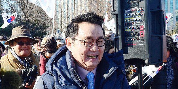 윤창중 전 청와대 대변인이 29일 오전 서울 여의도 국회 앞에서 새누리당 인명진 비대위원장 임명 철회 촉구 기자회견에 참석해 발언을 하기위해 나서고 있다.
