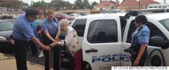 99세 할머니가 버킷리스트 완수를 위해 경찰에