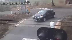 차단기를 피해 건널목을 지나가던 자동차가 기차에 부딪힌 사고가 실시간