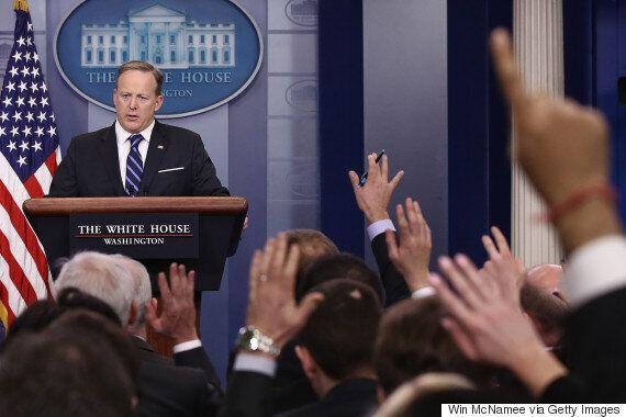 도널드 트럼프의 백악관이 비판적 언론을 브리핑에서
