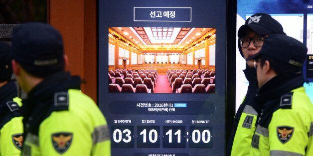 8일 오후 서울 종로구 헌법재판소 앞에 박근혜 대통령의 탄핵심판 선고일 안내가 게시돼