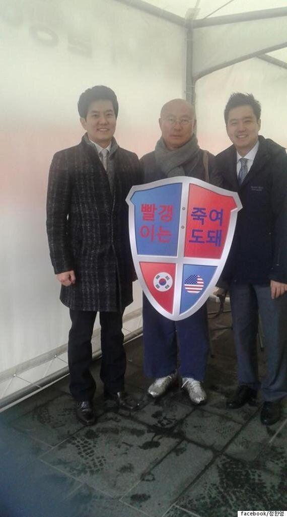 MBC 기자들이 '빨갱이는 죽여도 돼'라는 팻말과 기념사진을