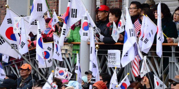 박근혜 대통령 탄핵심판 선고가 임박한 8일 오후 서울 종로구 헌법재판소 인근에서 보수단체 회원들이 박근혜 대통령의 탄핵을 반대하며 태극기를 흔들고