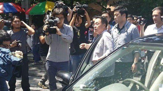 北 대사관 직원이 취재진들에게 도리어 신경질을