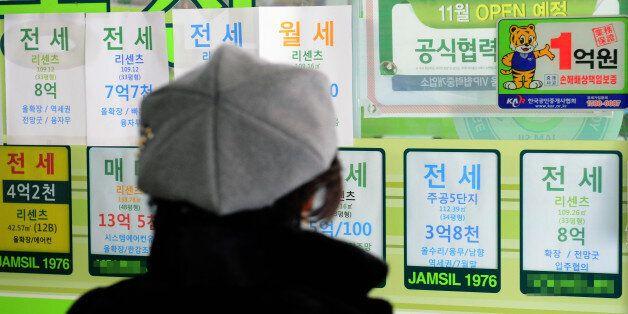 1월 아파트 전셋값 상승률이 5년만에 최저치를 기록한 31일 오후 서울 시내 부동산 중개소 앞에서 한 시민이 전세 매물 전단을 보고 있다.
