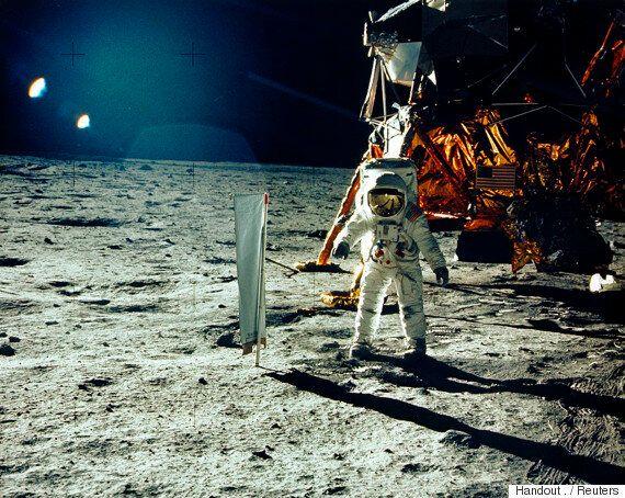 내년에 달에 가기 위해 민간인 2명이 스페이스X에 이미 돈을
