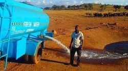 케냐의 한 남자가 매일 물탱크를 싣고 다니는