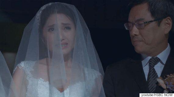 아버지는 레즈비언 딸의 결혼식에 참석하지 않았다. 그래서 직장상사가 대신 신부입장을 함께