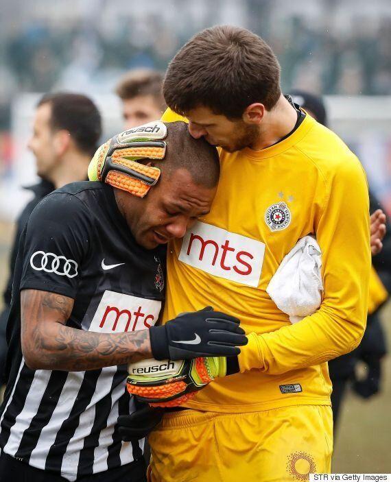축구 팬들이 '원숭이'라고 놀려 브라질 스타 에베르통 루이스가 눈물을