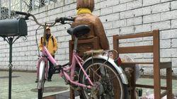 부산의 소녀상에 누군가 자전거를