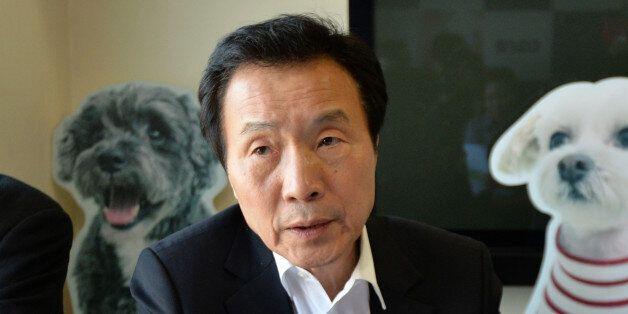국민의당 대선후보 경선에 뛰어든 손학규 전 국민주권개혁회의 의장이 23일 오후 서울 종로구 원서동 동물보호단체 '케어'를 방문해 관계자들의 의견을 경청하고 있다.