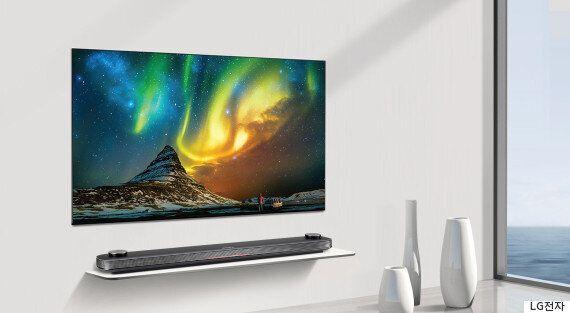 CES 최고상을 받았던 LG '시그니처 올레드TV W'가 출시됐다. 가격은 1400만원이다.