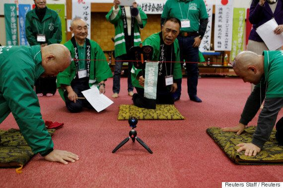 '대머리 남성 모임' 회원들이 이상한 줄다리기 게임을 하는 이유는 매우