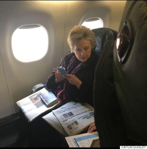 힐러리 클린턴이 마이크 펜스의 이메일 스캔들 기사를 읽는 모습이