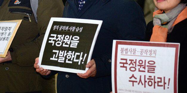 참여연대 등 시민사회단체 활동가들이 6일 오전 서울 강남구 대치동 특검 사무실 앞에서 국정원 고발 기자회견을 마친 뒤 고발장 제출을 위해 특검으로 향하며 취재진과 인터뷰를 하고 있다.